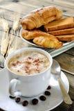 Традиционный итальянский завтрак с капучино и круассанами на деревенском деревянном столе Стоковая Фотография RF