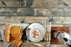 Традиционный итальянский завтрак с капучино и круассанами на деревенском деревянном столе Стоковая Фотография