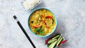 Традиционный китайский или тайское карри желтого цвета цыпленка сток-видео