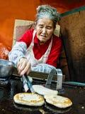 Традиционный корейский уличный торговец закуски hotteok стоковые фотографии rf