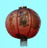 Традиционный красный китайский фонарик с голубой предпосылкой Стоковое фото RF