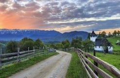 Традиционный легкий монастырь горы и сногсшибательный заход солнца, отруби, Трансильвания, Румыния Стоковая Фотография RF