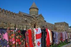 Традиционный местный уличный рынок с шарфами красочной женщины главными Mtskheta, Тбилиси, Грузия стоковые фото