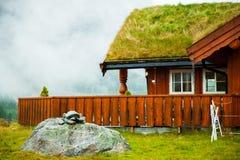 Традиционный норвежский деревянный дом стоя на лужайке и горах на заднем плане норвежец дома типичный типичный норвежец Стоковые Изображения RF