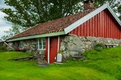 Традиционный норвежский деревянный дом стоя на лужайке и горах на заднем плане норвежец дома типичный типичный норвежец Стоковая Фотография RF