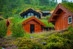Традиционный норвежский деревянный дом стоя на лужайке и горах на заднем плане норвежец дома типичный типичный норвежец Стоковая Фотография