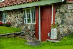 Традиционный норвежский деревянный дом стоя на лужайке и горах на заднем плане норвежец дома типичный типичный норвежец Стоковое Изображение RF