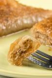 Традиционный пирог бахлавы Турции с макросом крупного плана грецких орехов Стоковая Фотография