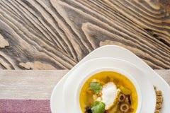Традиционный русский крупный план saltwort Солянки супа в шаре на таблице Стоковые Фотографии RF