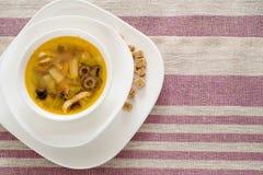 Традиционный русский крупный план saltwort Солянки супа в шаре на таблице Стоковое Фото