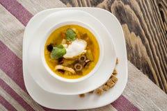 Традиционный русский крупный план saltwort Солянки супа в шаре на таблице Стоковая Фотография RF