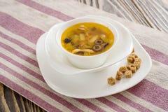 Традиционный русский крупный план saltwort Солянки супа в шаре на таблице Стоковые Изображения