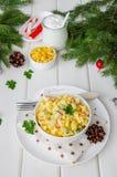 Традиционный русский салат с ручками краба, свежими огурцами, мозолью и вареными яйцами в шаре стоковые фото