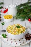 Традиционный русский салат с ручками краба, свежими огурцами, мозолью и вареными яйцами в шаре стоковые фотографии rf