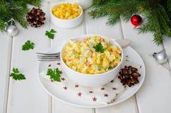 Традиционный русский салат с ручками краба, свежими огурцами, мозолью и вареными яйцами в шаре стоковое изображение