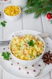 Традиционный русский салат с ручками краба, свежими огурцами, мозолью и вареными яйцами в шаре стоковое фото rf