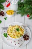 Традиционный русский салат с ручками краба, свежими огурцами, мозолью и вареными яйцами в шаре стоковое изображение rf