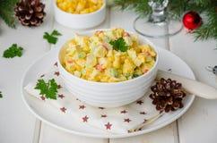 Традиционный русский салат с ручками краба, свежими огурцами, мозолью и вареными яйцами в шаре стоковая фотография rf
