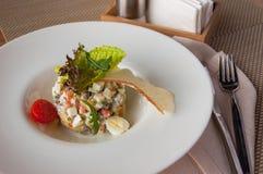 Традиционный русский салат Olivier на белой плите стоковое изображение
