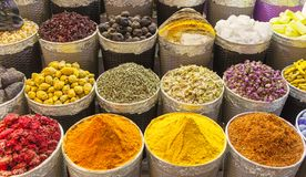 Традиционный рынок специи в Объединенных эмиратах, Дубай стоковое изображение rf