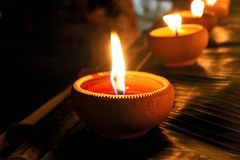 Традиционный свет свечи в глиняных горшках стоковые изображения rf