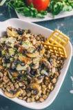 Традиционный среднеземноморской салат чечевицы и кусок огурца и зеленых листьев салата и астрагона взгляд сверху Стоковые Фото