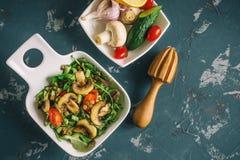 Традиционный среднеземноморской салат чечевицы и кусок огурца и зеленых листьев салата и астрагона Скопируйте spase Стоковые Изображения RF