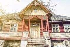 Традиционный старый дом в деревне Zdiar, Словакии, желтом луче солнца Стоковое Фото
