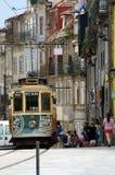 Традиционный старый трамвай в улице Порту стоковое изображение rf