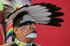 Традиционный танцор - красная стена стоковая фотография
