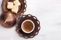 Традиционный турецкий кофе и турецкое наслаждение на белой затрапезной деревянной предпосылке Плоское положение стоковое изображение rf