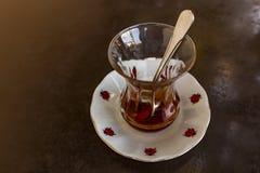 Традиционный турецкий чай для чашек, плит и ложек стоковая фотография rf