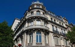 Традиционный фасад парижского здания, Франции Стоковая Фотография