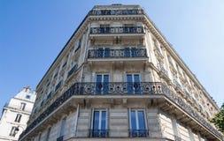 Традиционный фасад парижского здания, Франции Стоковые Изображения RF