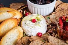 Традиционный французский испеченный сыр камамбера с тимианом и тостом стоковые изображения