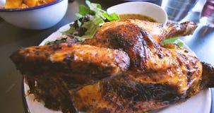 Традиционный французский цыпленок печи гриля с картошками в таблице ресторана сток-видео