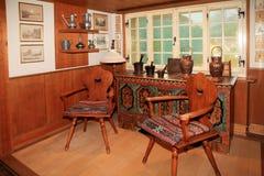 Традиционный швейцарский интерьер комнаты страны с деревенской мебелью стоковые фото