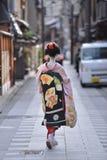 Традиционный японец костюмирует кимоно несенное maika в угле Киото Японии gion стоковые фотографии rf