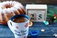 Традиционный fruitcake для рождества украшенный с напудренным сахаром и гайками, изюминками Delicioius домодельным стоковое фото