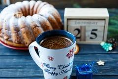 Традиционный fruitcake для рождества украшенный с напудренным сахаром и гайками, изюминками Delicioius домодельным стоковые изображения