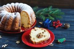 Традиционный fruitcake для рождества украшенный с напудренным сахаром и гайками, изюминками Delicioius домодельным стоковая фотография