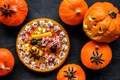 Традиция хеллоуина Пирог тыквы и тыква с страшной стороной на черном взгляд сверху предпосылки Стоковое Изображение RF