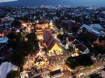 Традиция Sai Khan Dok вида с воздуха на Wat Chedi Luang в Чиангмае, Таиланде Стоковое фото RF