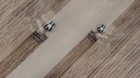 2 трактора вспахивают поле взгляда сверху стоковое фото rf