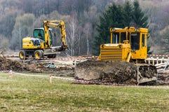 2 трактора перенося гравий и цемент через строительную площадку стоковое фото