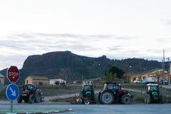 4 трактора с горой на заднем плане стоковое изображение rf