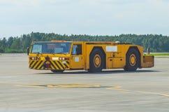 Трактор аэродрома управляет вдоль путей управления рулем на авиапорте Стоковое Изображение RF