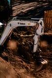 Трактор бойскаута младшей группы выкапывая вверх землю для построени стоковое фото rf