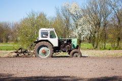 Трактор вспахивает участок земли Стоковые Фотографии RF
