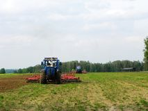 Трактор вспахивая поле перед засаживать весны Конец-вверх, ландшафт стоковые фотографии rf